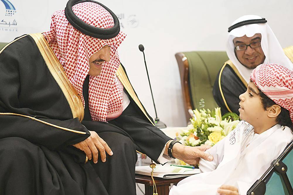 الأمير سلطان بن سلمان يتحدث إلى أحد الفائزين.