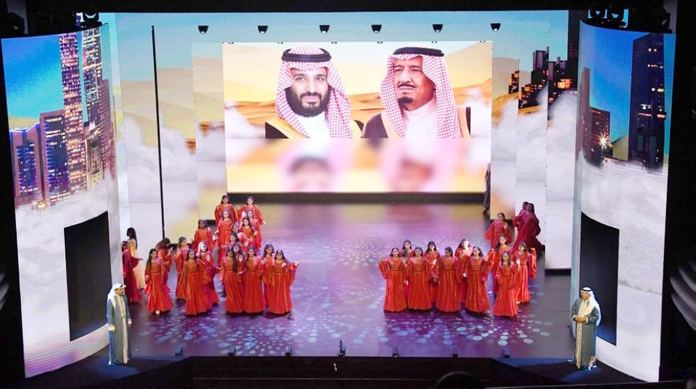 صورة لخادم الحرمين وولي عهده تتصدر حفلة الافتتاح. (واس)