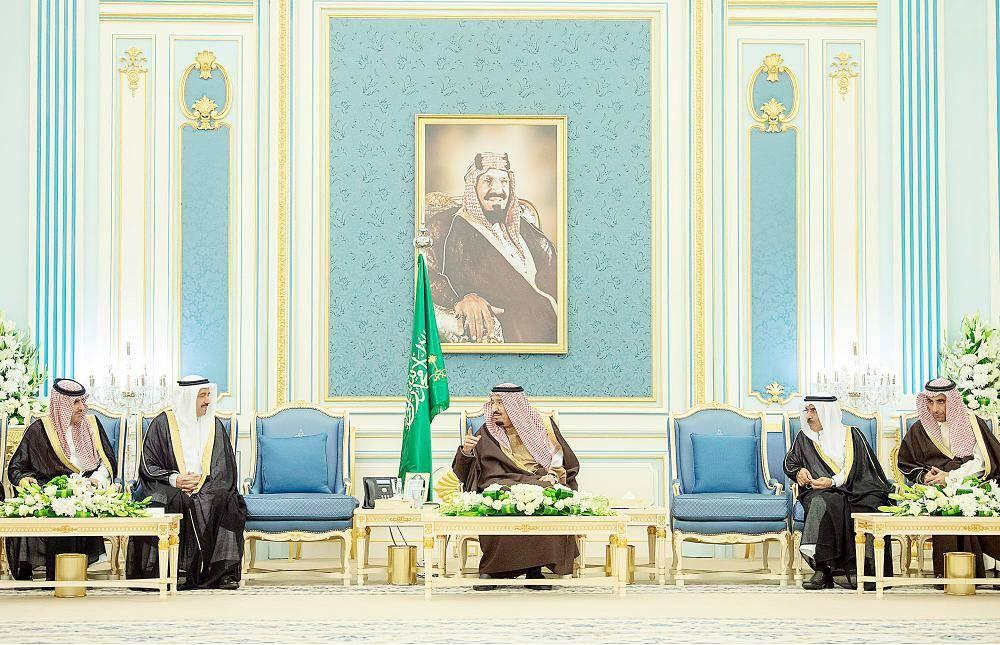 الملك سلمان مستقبلا كبار المسؤولين في الجهات الرقابية ومكافحة الفساد أمس في الرياض. (واس)