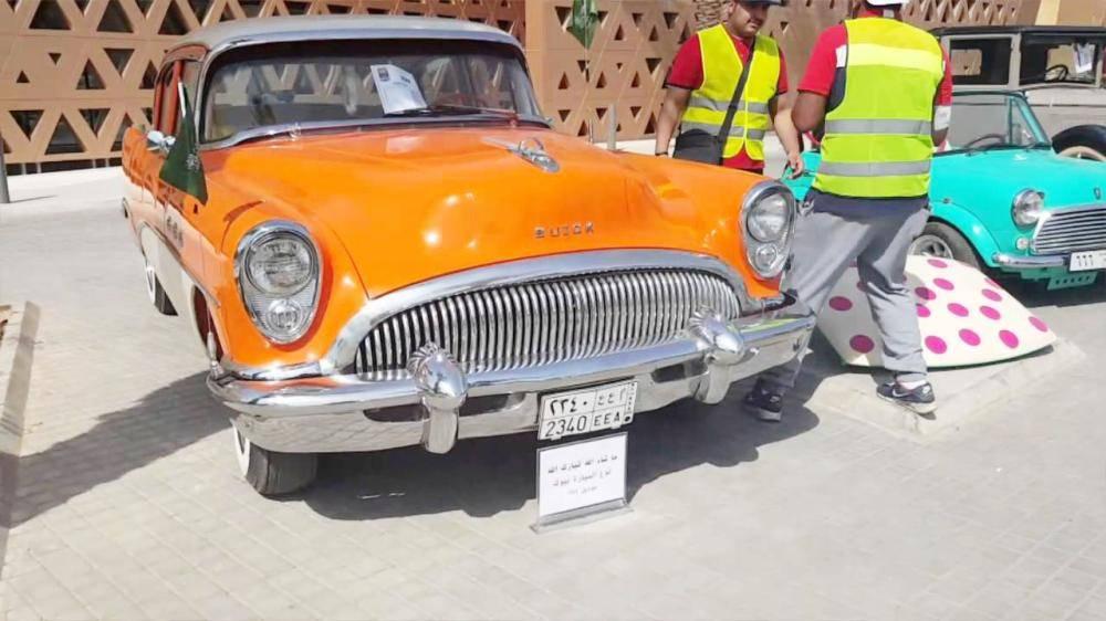 إحدى السيارات الكلاسيكية المعروضة في المهرجان.