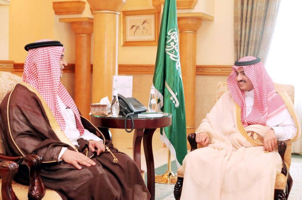 الأمير بدر بن سلطان مستقبلا مدير عام جمرك ميناء جدة.