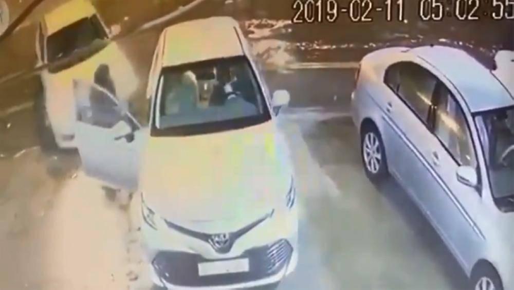 الرياض: ضبط مواطن سرق سيارة وهدد امرأة بالسلاح لمغادرتها