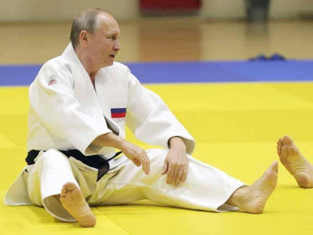 الصورة تظهر بوتين وتخفي مصارعته.