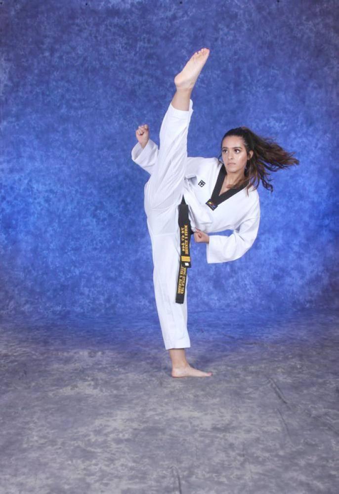 نورة المري تستعرض مهاراتها في رياضة التايكوندو.