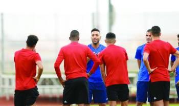 ميدو يناقش اللاعبين في اجتماع سابق.