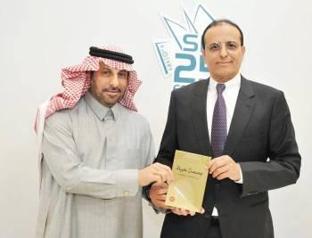 الملحق السعودي مساعد الجراح يكرم الكاتب عبدالله العقيل.