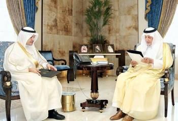 الأمير خالد الفيصل يستمع لشرح عن أعمال لجان جائزة عبدالله الفيصل من حسام زمان.