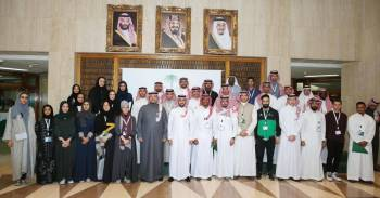 رئيس هيئة الرياضة الأمير عبدالعزيز الفيصل يتوسط أعضاء لجنة الرياضيين السعودية.