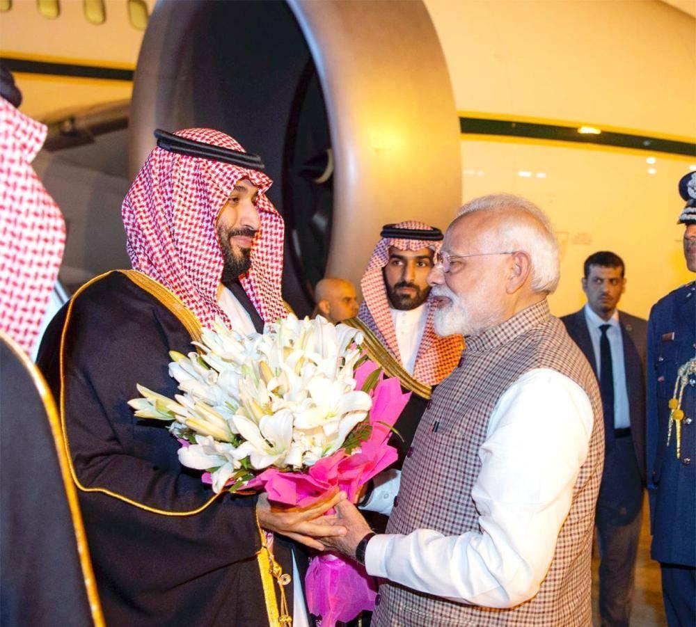 حظي ولي العهد عند وصوله بترحاب حار من رئيس وزراء الهند. (واس)