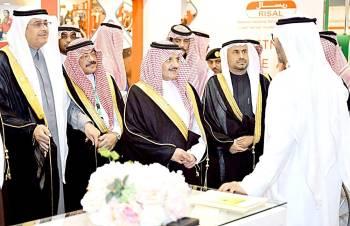 الأمير سعود بن نايف يتجول في المعرض المصاحب لمنتدى التقدم البيئي أمس. (عكاظ)