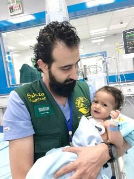 طبيب مع طفل خضع لعملية جراحية.