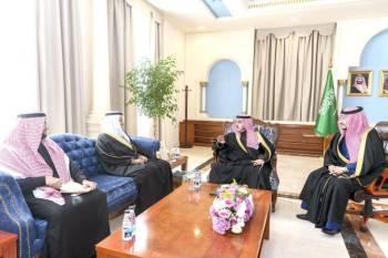 الأمير فيصل بن نواف أثناء استقباله المهندس صالح الجاسر. (عكاظ)