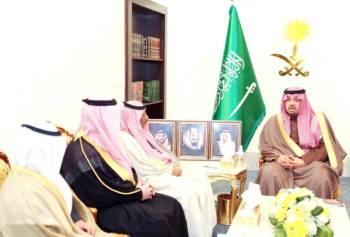 الأمير فيصل بن خالد خلال استقباله رئيس (تراحم) بالمنطقة.