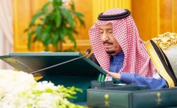 الملك سلمان مترئسا جلسة مجلس الوزراء أمس في الرياض. (واس)