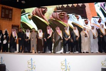الأمير مشعل بن ماجد والأمير سعود بن جلوي يتوسطان الفائزين بالجائزة. (تصوير: عبدالسلام السلمي)