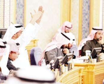 أحد الأعضاء يرفع يده مطالبا بفرصة للمداخلة خلال جلسة الشورى أمس. (عكاظ)