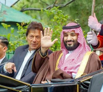 ولي العهد بجانب عمران خان خلال زيارته الأخيرة إلى الباكستان. (واس)