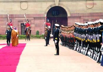 ولي العهد مستعرضا حرس الشرف حيث أجريت له مراسم استقبال رسمية في القصر الرئاسي.
