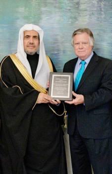 جون ديوك مسلماً العيسى جائزة «السلام العالمي للأديان».