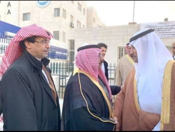 الأمير خالد بن فيصل مقدما واجب العزاء.