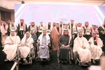 الأمير فيصل بن بندر متوسطا ذوي الإعاقة في الحفل. (تصوير: عبدالعزيز الجابر)