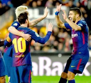 احتفال لاعبي برشلونة بعد تسجيل هدف أمام أشبيلية في إياب ربع نهائي الكأس.