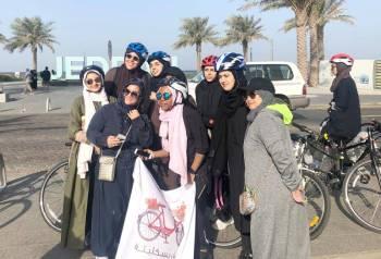 سعوديات ضمن فريق «بسكليتة» المكون من 500 سيدة وفتاة، من هواة رياضة ركوب الدراجات في جدة، أمس. (تصوير: المحررة)