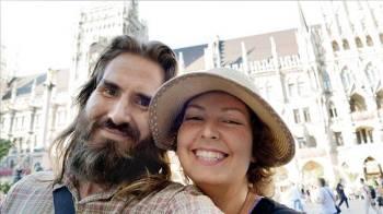 الزوجان بعد وصولهما تركيا.
