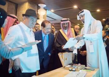 السماري يطلع رئيس المفوضية الفلبيني على بعض الوثائق في معرض «تاريخ المملكة».