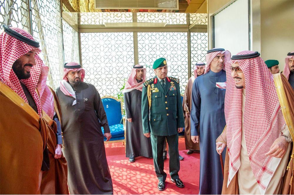 خادم الحرمين الشريفين مغادرا الرياض أمس وولي العهد في وداعه.