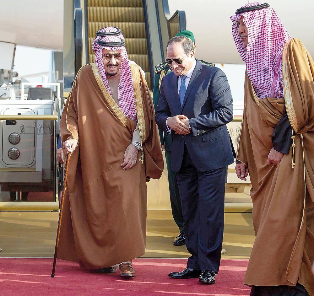 الملك سلمان لدى وصوله إلى مصر أمس.. والرئيس السيسي في مقدمة مستقبليه بالمطار.
