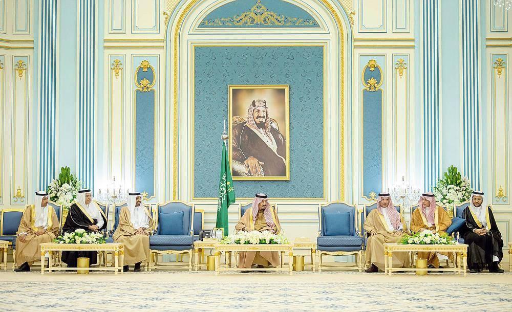 الملك سلمان مستقبلا مسؤولي وزارة العمل والتنمية الاجتماعية وممثلين عن العاملين في القطاع الخاص أمس في الرياض. (واس)