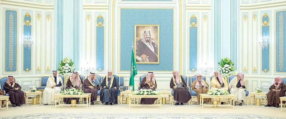الملك سلمان مستقبلاً الأمراء، ومفتي عام المملكة، والعلماء، والمواطنين أمس في الرياض. (واس)