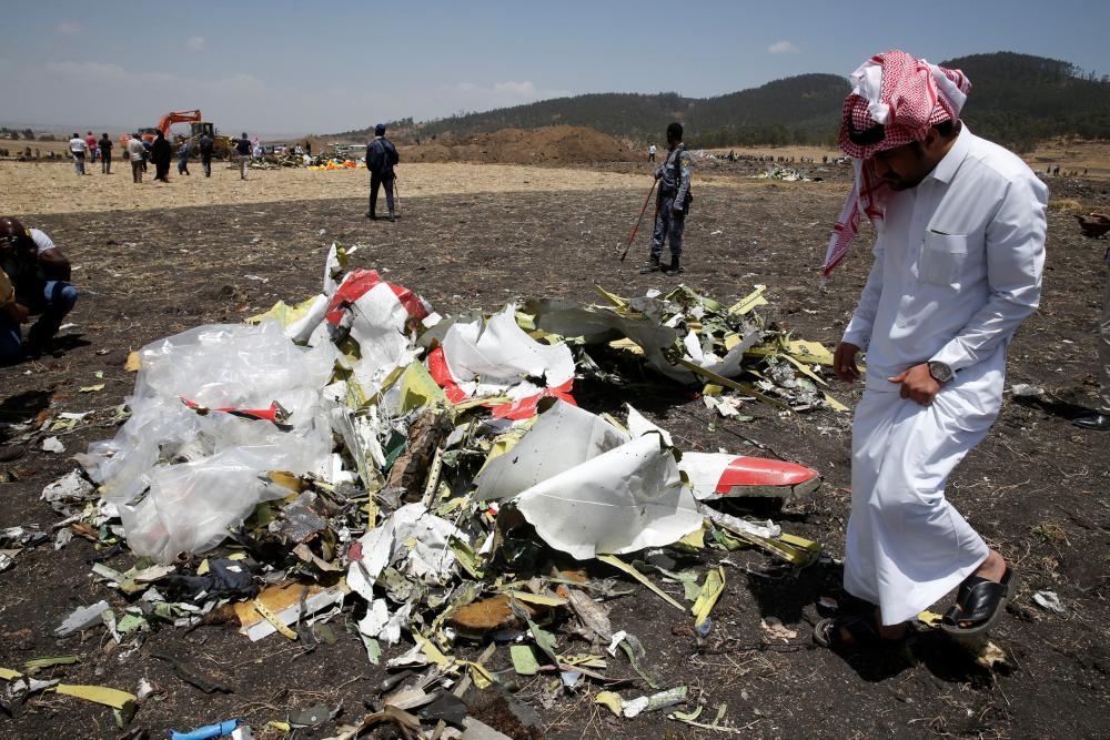 شقيق المتوفى السعودي معايناً بقايا حطام الطائرة الإثيوبية المنكوبة أمس (الثلاثاء) بالقرب من العاصمة أديس أبابا. (رويترز)