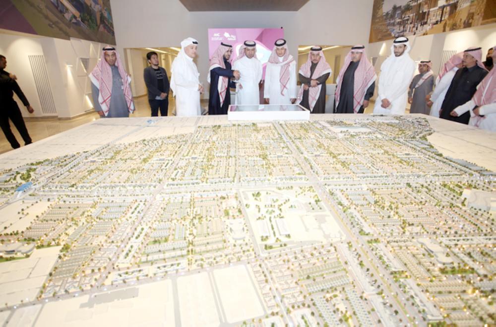 وزير الإسكان خلال الاطلاع على «مشروع ربوة» في الرياض.