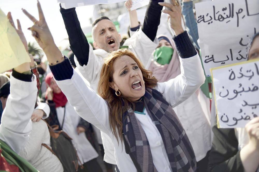 معلمون وطلاب جزائريون يتظاهرون أمس وسط العاصمة ضد تمديد بوتفليقة فترة حكمه. (أ.ف.ب)