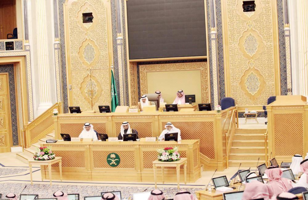 د. عبدالله المعطاني مترئسا جلسة الشورى أمس.