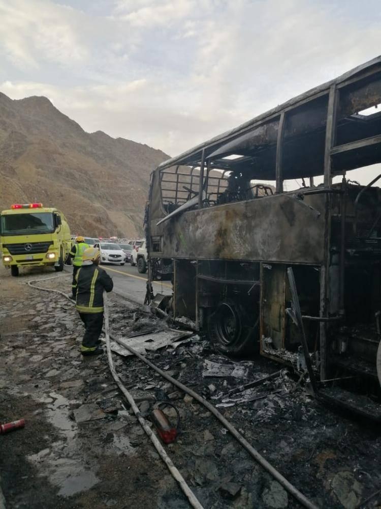 احتراق حافلة تُقل 44 راكباً على طريق مربة