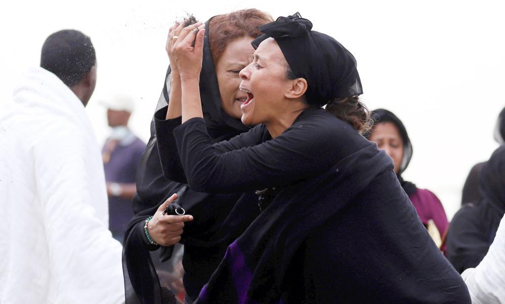 قريبة إحدى ضحايا الطائرة الإثيوبية المنكوبة في حالة من الحزن والبكاء أمام موقع تحطم الطائرة، أمس (الخميس).
