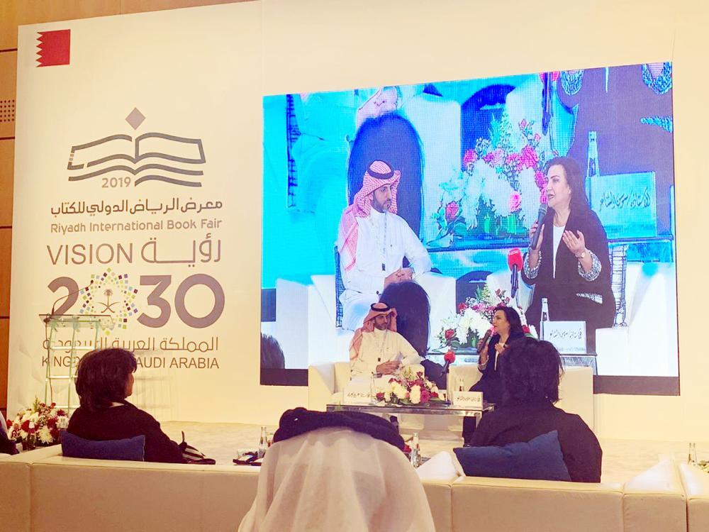 الكاتبة البحرينية سوسن الشاعر في ندوة معرض الكتاب.