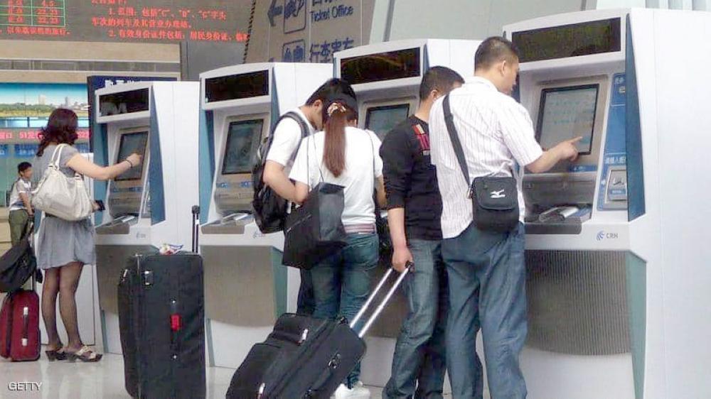 صينيون يدفعون ثمن التذاكر.