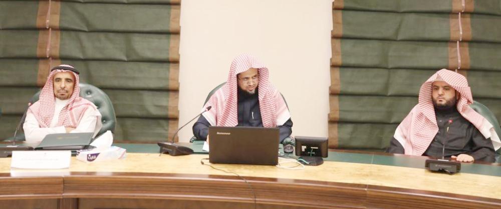 النائب العام خلال اجتماعه برؤساء دوائر المتابعة بالفروع والمقر الرئيسي.