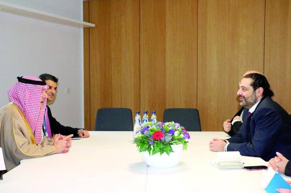 الجبير ملتقيا رئيس الوزراء اللبناني سعد الحريري.