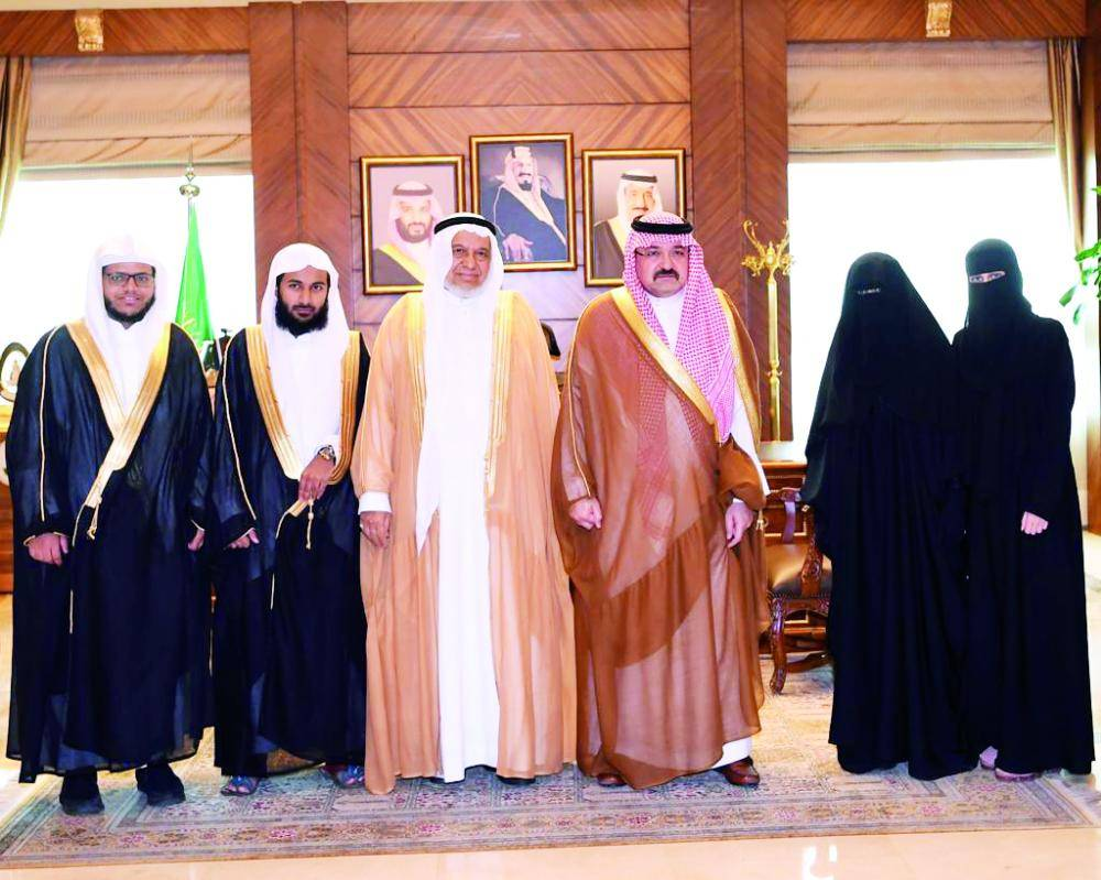 الأمير مشعل بن ماجد مع الفائزين بالجائزة. (عكاظ)