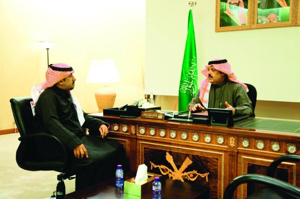 الأمير عبدالعزيز بن سعد متحدثاً للزميل بشير الزويمل.