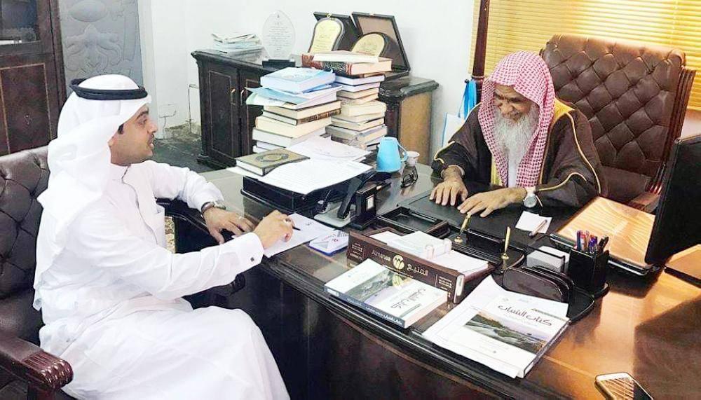 مدير مركز إفتاء منطقة جازان محمد شيبة خلال حواره مع محرر «عكاظ».
