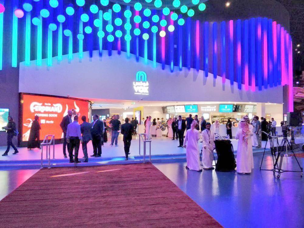 زحام أمام صالات السينما السعودية.