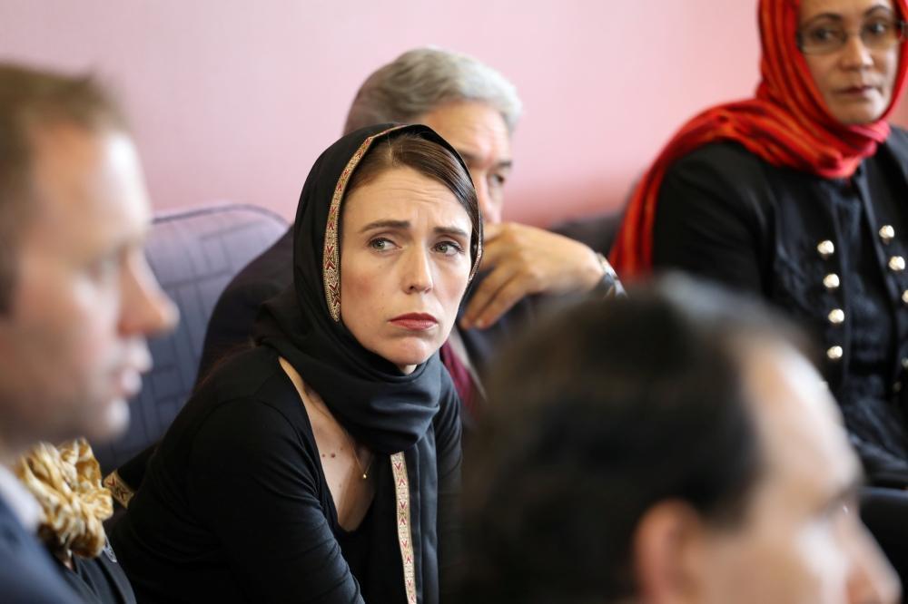 رئيسة وزراء نيوزيلندا ملتقية بممثلي الجالية المسلمة في كرايستشيرش، وظهرت مرتدية الحجاب. (أ. ف. ب)