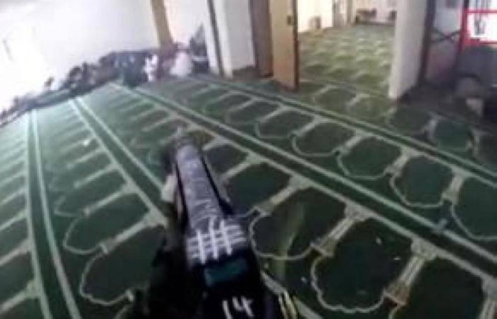 «تظاهرت بأنني ميت».. ناجٍ يروي لحظات الرعب في هجوم نيوزيلندا الإرهابي