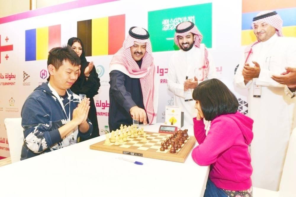 الأمير عبدالعزيز بن سعد أثناء حضوره بطولة الشطرنج.